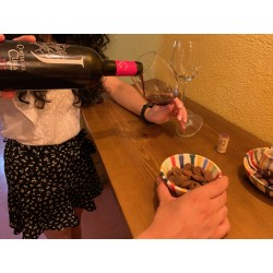 Cata de vino tinto roble Jáncor en sala de barricas de Cortijo El Cura Eco Bodega