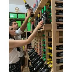 Clientes comprando vino ecológico en la tienda de la bodega Cortijo El Cura Almería